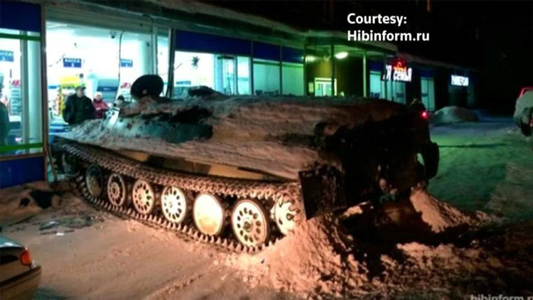 โหดจัด-รัสเซีย : วัยรุ่นรัสเซียเมาแอ๋ ขโมยรถหุ้มเกราะ แล้วขับพุ่งชนร้านขายของชำ