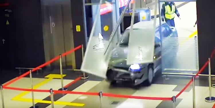 [วิดีโอ] วุ่นกันทั้งสนามบิน เมื่อหนุ่มรัสเซียขับรถยนต์เข้าสนามบิน แบบไม่สนใจโลกเลยทีเดียว